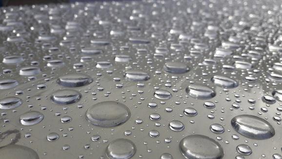 Voda, čo sa drží s vodou