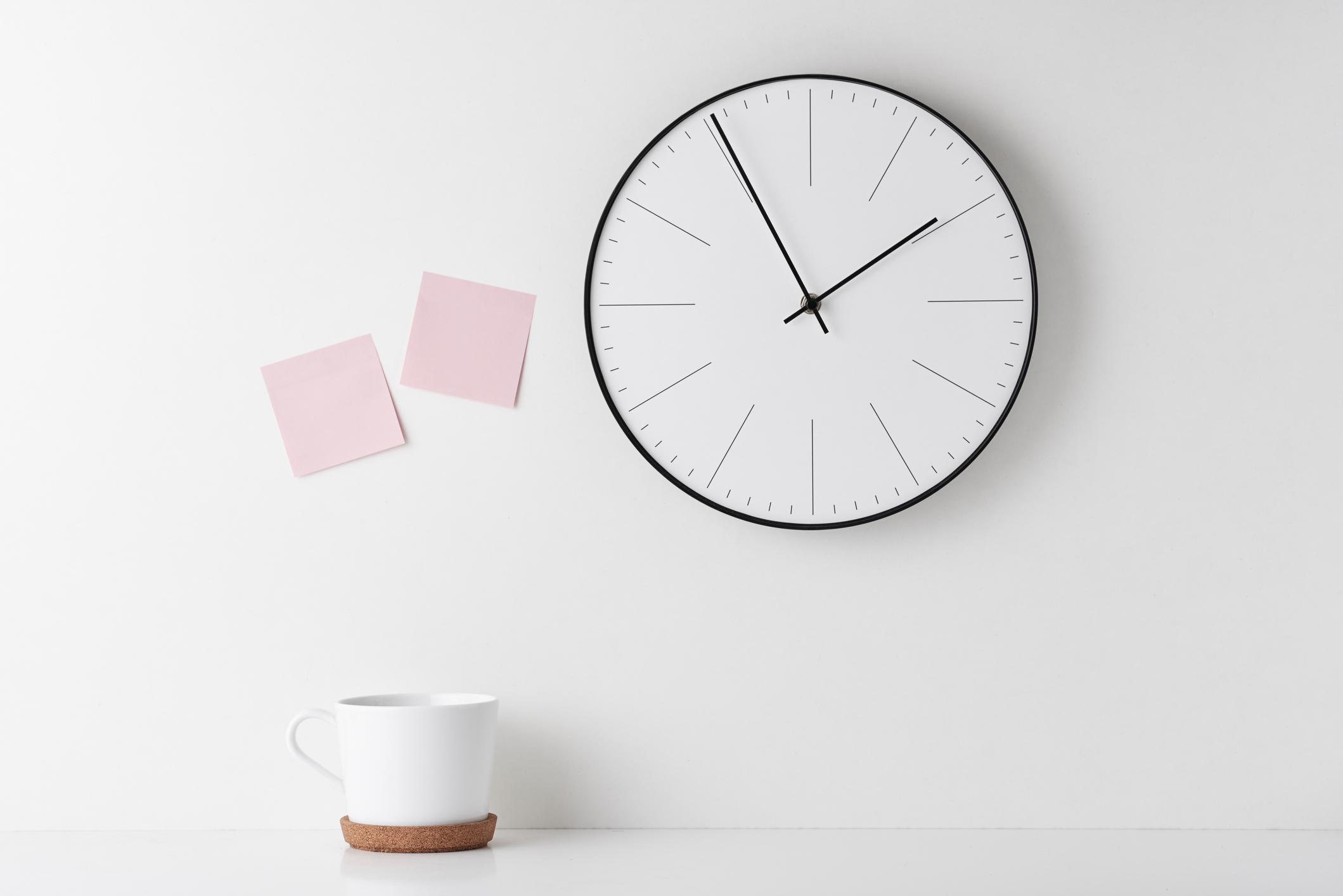 Vešiaky šetria miesto a hodiny šetria čas